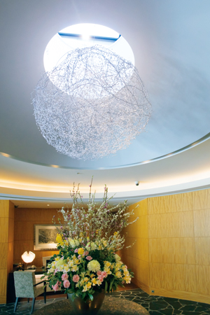 ライトやエレベーター、オブジェなどザ ベイスイートの館内は真珠で彩られている。