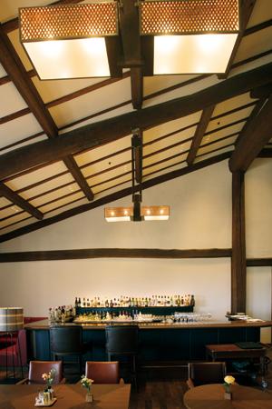 村野藤吾の造形美が色濃く残るザ クラブのカフェ&ワインバー「Lien」。