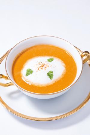 伊勢志摩サミット記念ディナー38,000 円より。サミットは会議をしながらの食事だったため、片手で一口で食べられるような工夫を凝らした。伊勢海老クリームスープ カプチーノ仕立て