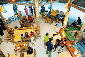 波音と小鳥の囀りに包まれた 美しきバア環礁に佇む楽園